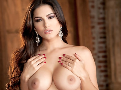 Sunny Leone offers a world class performance in this this hot solo scene, she knows how to enjoy her perfect body and reaches for the most intense orgasms.