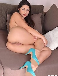 Zafira porn legend enjoys her anal sex toy on the sofa