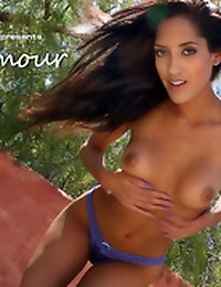 Chloe Amour strips for you