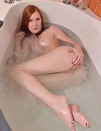 Linda Sweet squirting a tub full